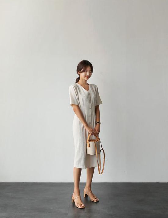 Sandal đế thấp vẫn có khả năng tôn dáng cho người sử dụng, nhưng vẫn tạo nên sự thoải mái.