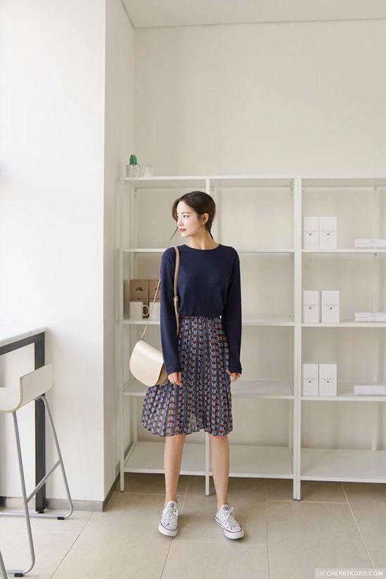 Phong cách thanh lịch và năng động cho các nàng công sở yêu sự trẻ trung với cách mix áo dệt kim, chân váy xòe và giầy vải cột dây.