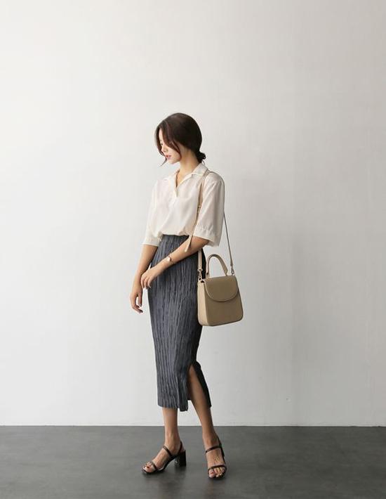 Với sandal cao gót, phái đẹp có thể diện váy áo điệu đà hay các kiểu quần âu, quần suông đơn giản.