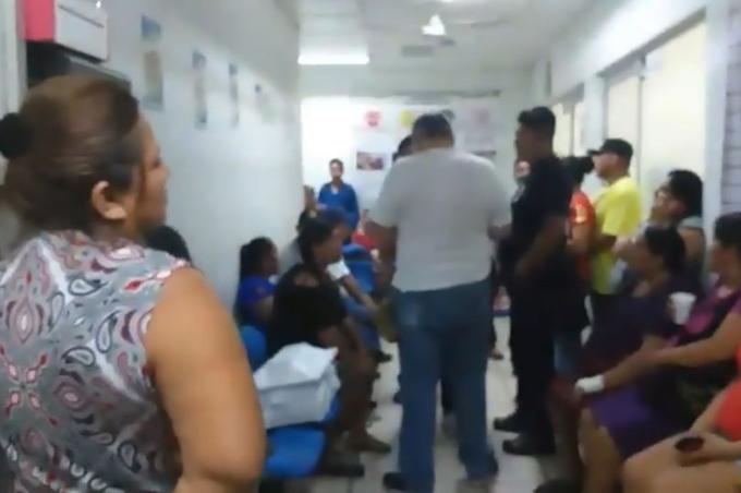 Người nhà Manuel tụ tập ở Bệnh viện Đa khoa Palenque, Mexico hôm 10/8. Ảnh: CEN.