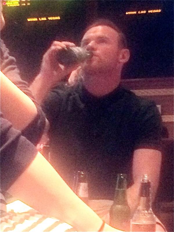 Gần đây, Rooney thường hay uống rượu từ tối tới khuya. Ảnh: Xposure.