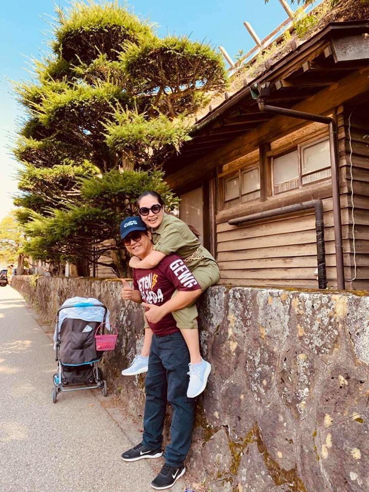 Thanh Thúy - Đức Thịnh vui vẻ trong chuyến du lịch Nhật Bản. Cặp vợ chồng đưa hai con đi cùng trong chuyến đi này.