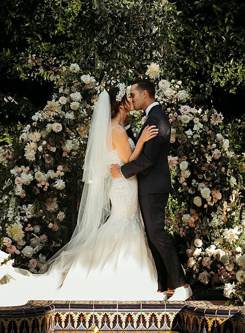 Chiếc váy cưới chính của Michelledáng đuôi cá được may bằng vải tuyn pha ren. Dây đai váy nhỏ và đường xẻ cổ sâu là điểm nhấn hút mắt của bộ lễ phục.