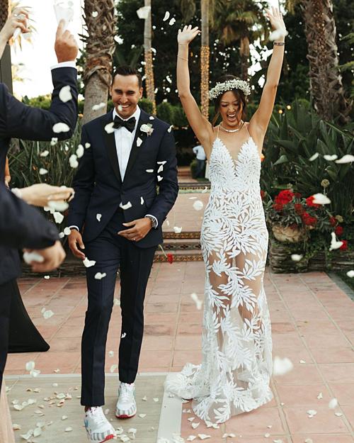 Váy có họa tiết lá dây leo để phù hợp với không gian tiệc cưới ngoài trời, giữa bốn bề thiên nhiên, hoa lá.