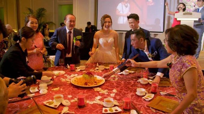 Trong tiệc cưới, uyên ương chiêu đãi 400 vị khách đến từ 13 quốc gia. Mỗi bàn tiệc có giá khoảng 1.000 bảng Anh (tương đương 28 triệu đồng), gồm 8 món.  Tổng chi phí bữa tối là 40.000 bảng (tương đương 1,12tỷ đồng) cho 40 bàn tiệc, chưa bao gồm tiền rượu.Loại rượu mà uyên ương sử dụng là sâm panh từ nhãn hiệu nổi tiếng Veuve Cliquot.