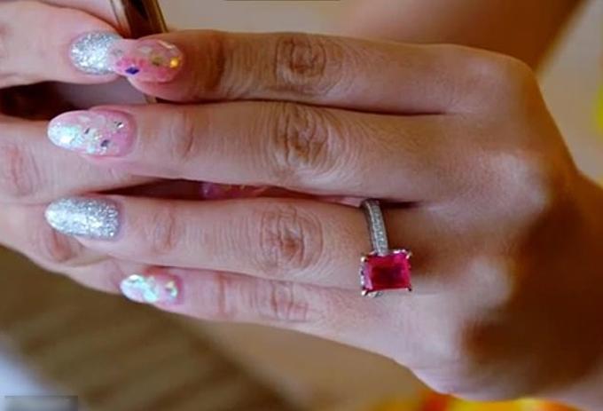 Khi muốn ngỏ ý cưới Gloria làm vợ, chú rể đã dành ra 2 tháng để thiết kế nhẫn cầu hôn. Anh đã chọn hồng ngọc có khối lượng 8 carat để làm nhẫn. Chuyên gia về đá quý - Gary Ingram của trang The Diamond Store ở Anh ước tính chiếc nhẫn có giá khoảng 100.000 bảng Anh (tương đương 2,8 tỷ đồng).