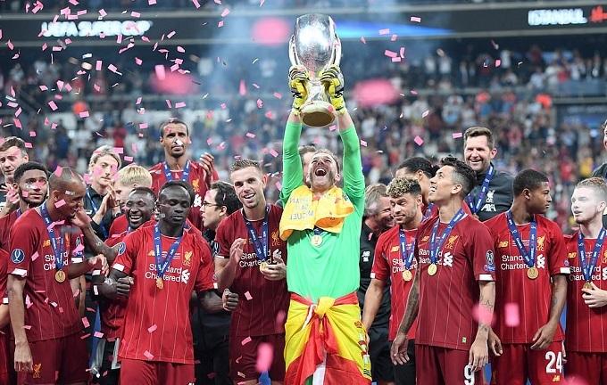 Adrian nâng Cup ở Istanbul. Ảnh: AFP.