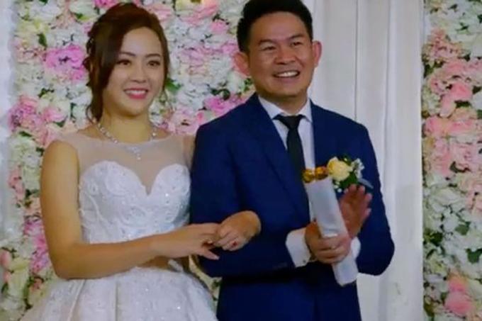 Kiến trúc sư Rudy và cô dâu Gloria, Singapore đã không tiếc tiền cho dịp hỷ sự khi tổ chức tiệc cưới ở khách sạn năm sao nổi tiếng của Singapore. Đám cưới còn được chiếu trên kênh truyền hình Singapore - Channel 5 vào tối ngày 11/8.