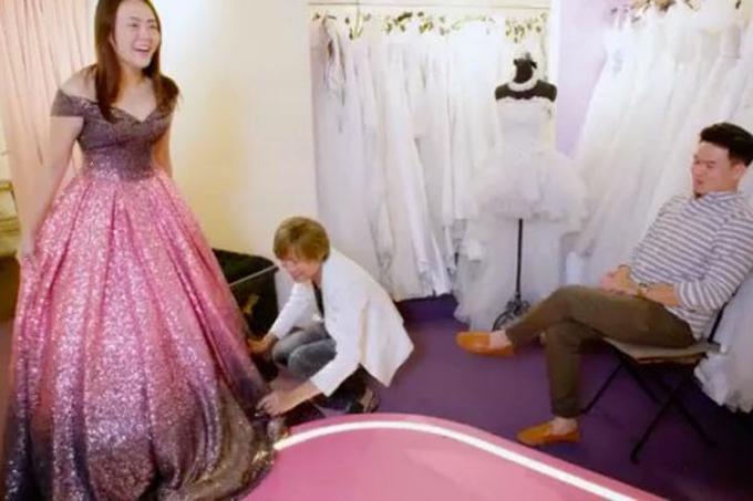 Chiếc váy tiếp theo mangmàu đỏ và tím, được thiết kế riêng để phù hợp với nhẫn đính hôn hồng ngọc gần3 tỷ đồngcủa cô dâu.