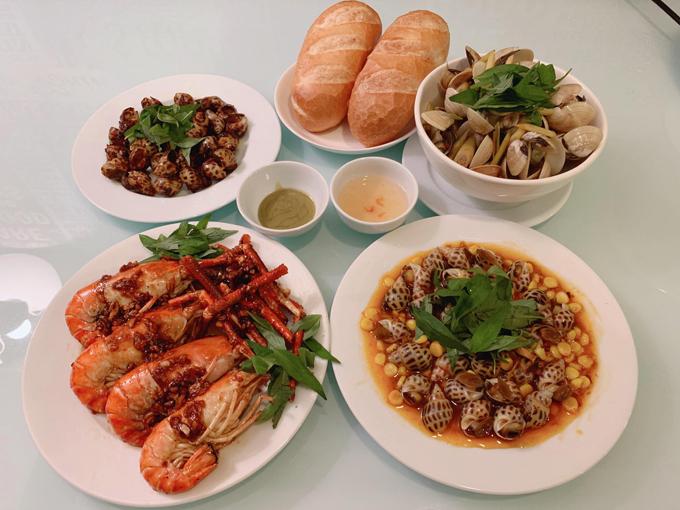 Món sở trường của Kim Dung là các loại ốc Sài Gòn, gà chiên mắm tỏi.