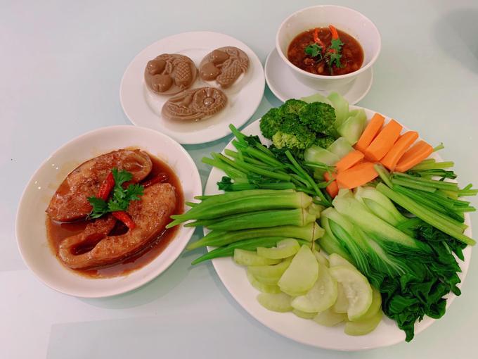 Kim Dung biết nấu ăn sớm nhờ bố mẹ chị dạy và tự mày mò các công thức mới khi lớn hơn. Cô cũng cố gắng tái hiện các món ngon từng ăn ở bên ngoài. Người đẹp thường tìm đến các chợ người Việt hoặc cửa hàng thực phẩm Trung Quốc để lựa chọn gia vị phù hợp cho món ăn.