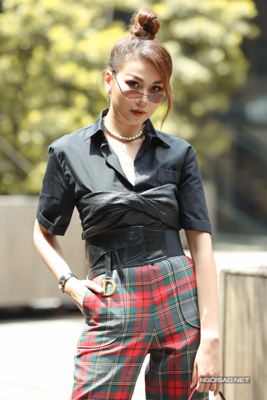 Xuất hiện tại buổi họp báo, siêu mẫu Thanh Hằng gây ấn tượng với phong cách cá tính. Chị diện nguyên set đồ hiệu sang chảnh đến từ thương hiệu Dior.
