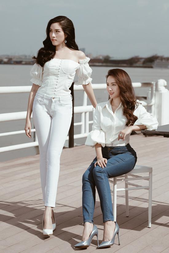 Khi xuống phố cafe cùng bạn bè, áo trắng được khai thác những khoảng hở để tôn nét gợi cảm cho phái đẹp.