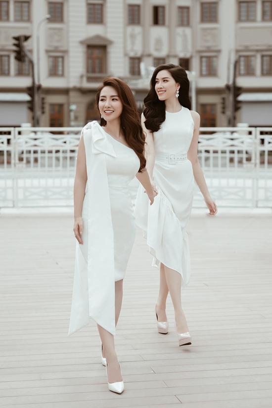 Trang phục đi tiệc trên sắc trắng vẫn giúp người mặc thu hút ánh nhìn nhờ phom dáng tôn đường cong.