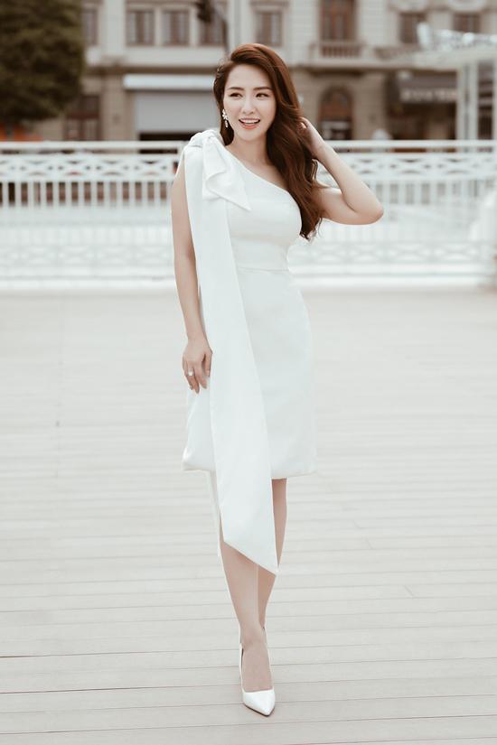 Váy bất đối xứng có đường cắt may tinh tế, phần eo ôm sát tạo cảm giác đường cong như gợi cảm hơn.