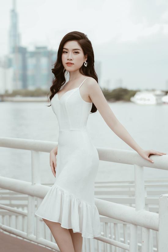 Váy hai dây với đường cúp ngực sắc sảo là trang phụckhiếnbạn gáitự tin hơn khi tham dự một bữa tiệc sang trọng.