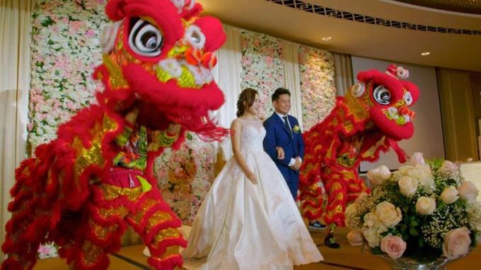 Đám cưới còn có điệu múa lân theo phong tục cưới hỏi củangười Trung Quốc để ban phước lành cho cặp mới cưới cũng như xua đuổi tà ma.