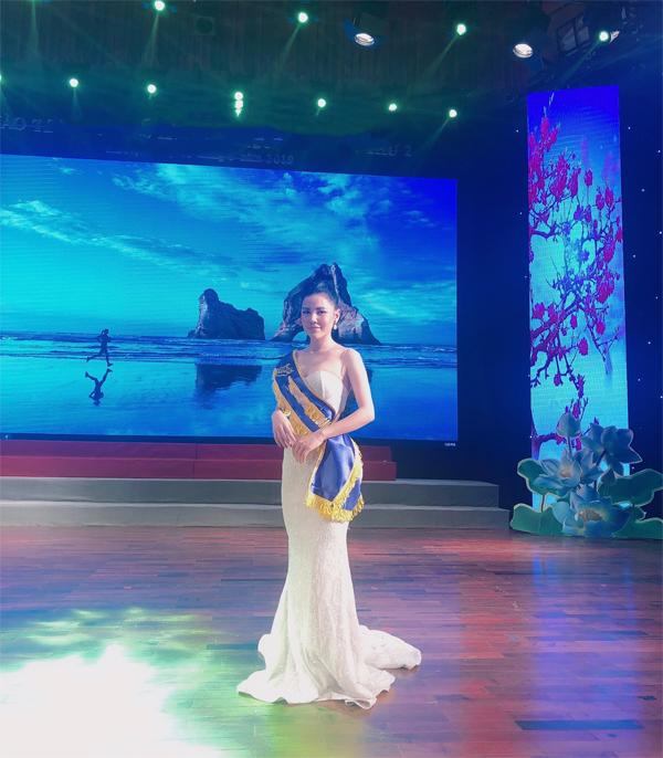 Nguyễn Hoàng Lan nhận giảiGiáo viên ưu tú ngành làm đẹp Việt Nam.