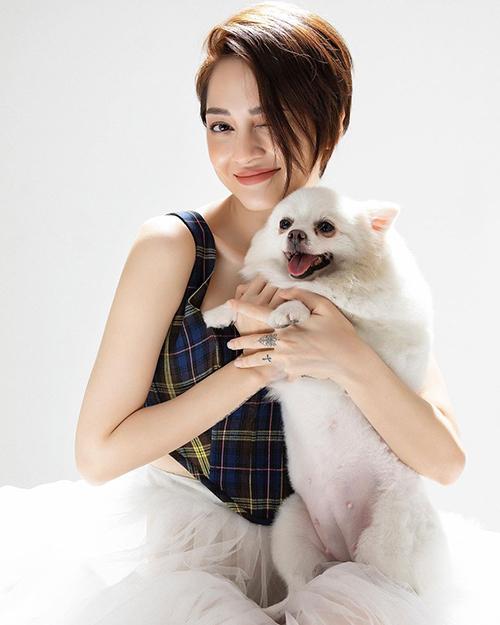 Bảo Anh vui đùa cùng chó cưng. Nữ ca sĩ được khen xinh đẹp, cá tính hơn từ khi đổi sang mái tóc tém.