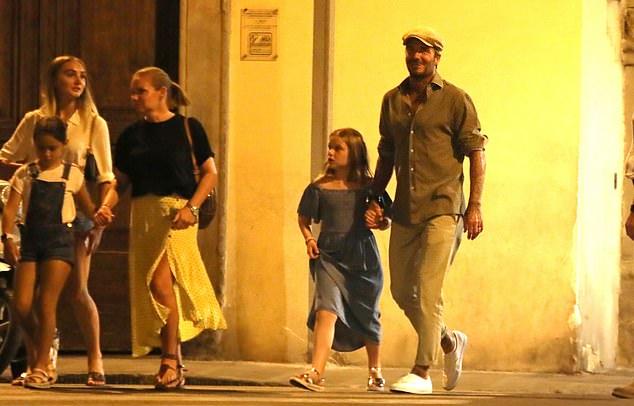 Gia đình cựu danh thủ Anh đi dạo cùng nhà một người bạn sau khi thưởng thức bữa tối