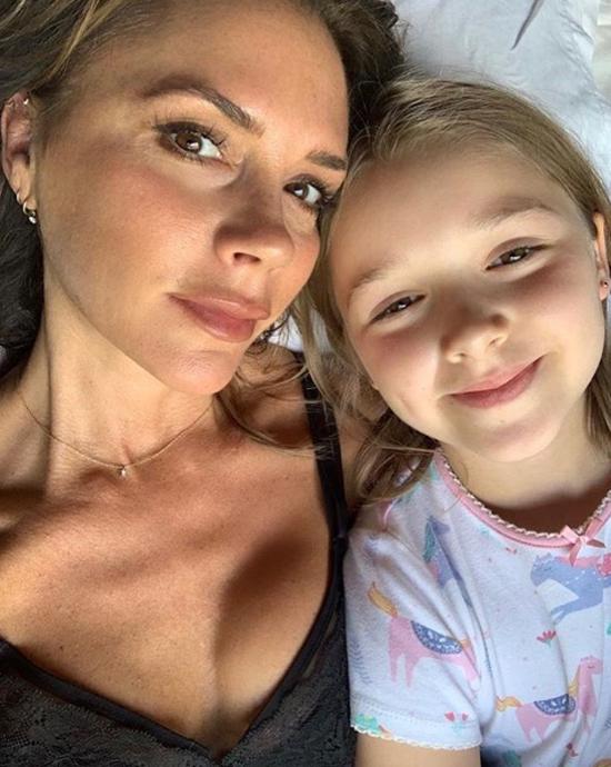 Trong khi đó hôm cuối tuần, Vic đăng ảnh chụp với cô nhóc Harper