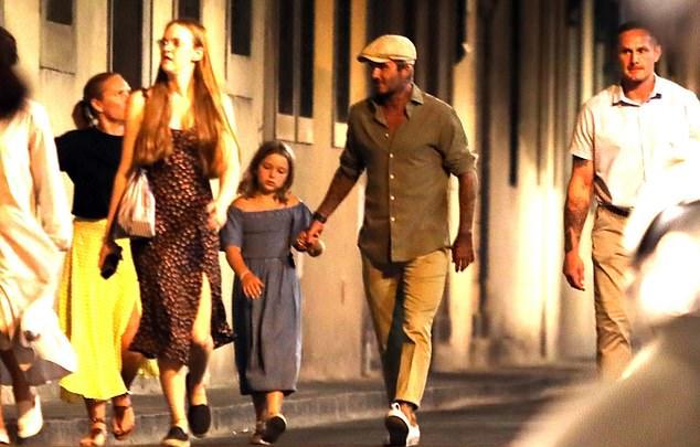 Becks cầm tay con gái cưng suốt buổi đi dạo.