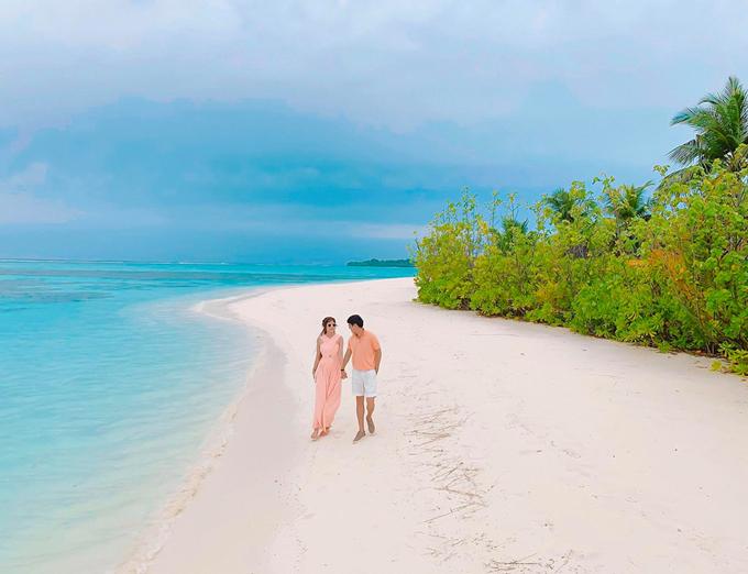 Chỉ ở Maldives vài ngày nhưng Minh Hà đã tìm hiểu được nhiều điều hay ho, thú vị mà không phải ai cũng biết. Hà được các nhân viên cho biết nguyên nhân vì sao nước biển ở đây lại chỉ cao tầm hơn 2 mét, rất an toàn và không có sóng. Đó là bởi người ta cho xây dựng một bờ kè bằng đá và cát ở phía xa để ngăn những con sóng lớn từ Ấn Độ Dương đổ vào. Do đó, phía gần bờ, làn nước biển trong vắt, không hề có sóng và chỉ cao đến bụng,ngực, bà mẹ 4 con hé lộ.
