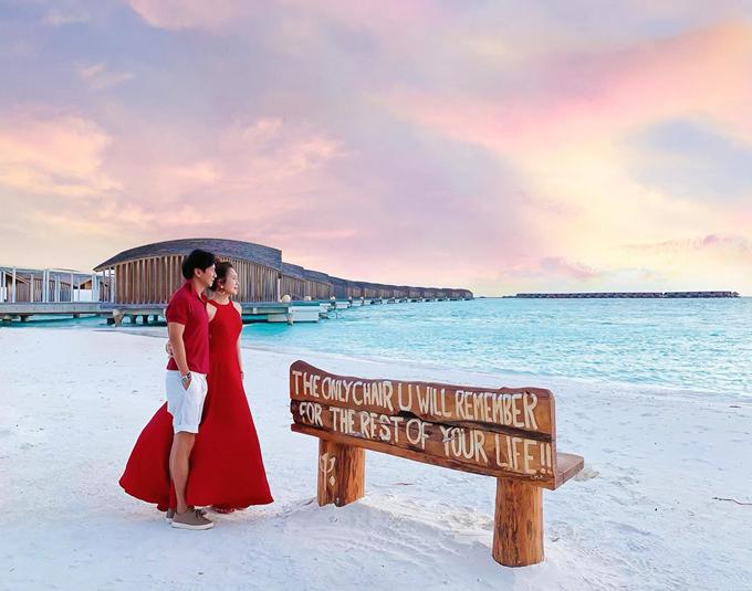 Sau kỳ nghỉ hè dài ngày ở châu Âu cùng đàn con, lần này, đôi vợ chồng Lý Hải - Minh Hà quyết định dành cho nhau không gian riêng tư ở đảo quốc thiên đường Maldives. Chúng mình chưa bao giờ nói yêu nhau nhưng hình như chưa bao giờ muốn đi đâu mà không có nhau thì phải. Hà và anh Hải đã mơ ước được tới đây từ rất lâu nhưng bây giờ mới thực hiện được. Ai đã bỏ màu vào nước và trời mà xanh trong đến thế. Cảnh ở đây đẹp, yên bình và rất thư giãn, bà xã nam ca sĩ chia sẻ.
