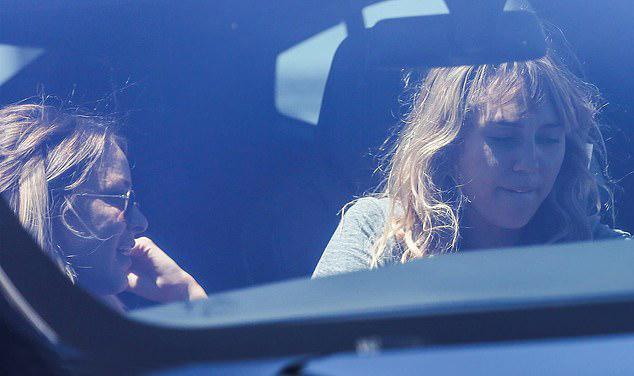 Miley Cyrus lái xe chở Kaitynn Carter đi dạo quanh Los Angeles hôm 13/8.