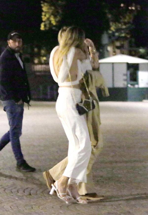 Miley và Kaitlynn vừa tản bộ vừa hôn nhau ở Italy, ngày 9/8.