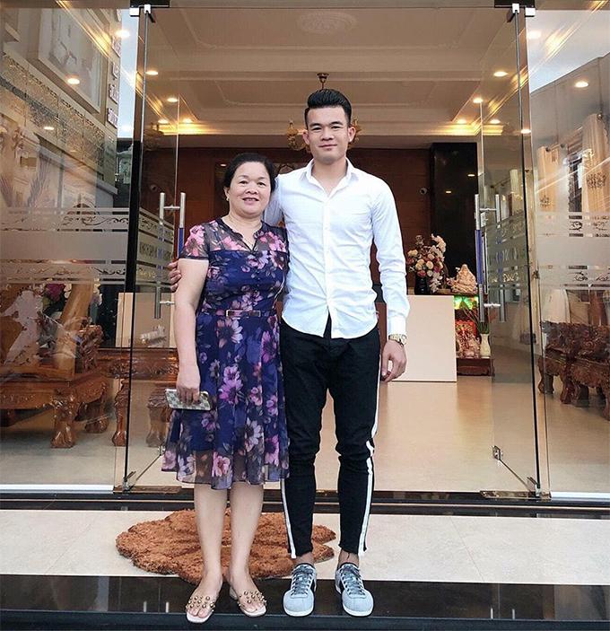 Tiền vệ Ngô Hoàng Thịnh đăng ảnh chụp cùng mẹ kèm theo biểu tượng trái tim.