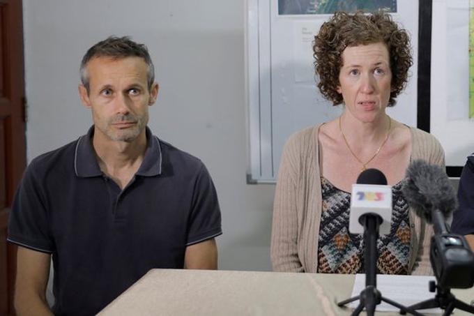 Bố mẹ của Nora trong một cuộc phỏng vấn kêu gọi giúp đỡ tìm kiếm con gái. Ảnh: Reuters.