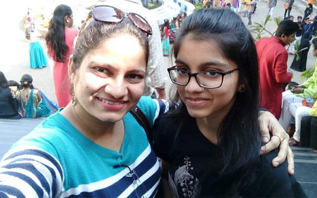 Diễn viên Ấn ĐộPradnya Parkar (trái) và con gái. Hai tháng trước ngày kết liễu cuộc đời, cô viêt trên trang cá nhân: Con gái là tất cả với tôi. Thiếu con, cuộc đời không còn nghĩa lý gì.