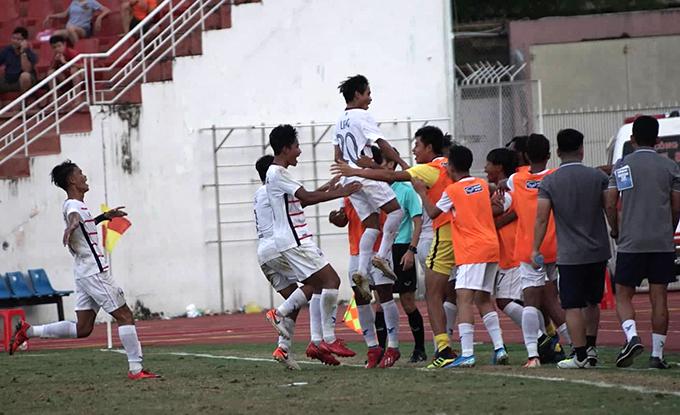Cầu thủ Campuchia vỡ òa sau bàn ấn định chiến thắng 2-1. Ảnh: Hữu Nhơn.