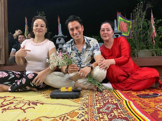 Việt Anh chụp ảnh cùng hai người chị thân thiết. Nhan sắc của nam diễn viên sau phẫu thuật thẩm mỹ nhận được nhiều quan điểm trái chiều từ phía khán giả. Nhiều bình luận cho rằng diễn viên Người phán xử trông không được nam tính như trước.