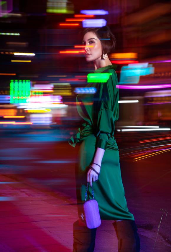 Phom dáng trang phục dễ dàng phù hợp với nhiều thân hình khác nhau, trong khi chi tiết xếp nếp ở chân váy có tác dụng che nhược điểm vòng hai hiệu quả mà không mất đi vẻ sành điệu.