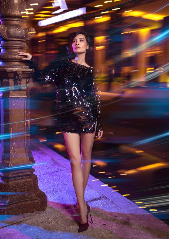 Với váy mini đính sequin, Vũ Cẩm Nhung mix cùng giày cao gót mũi nhọn cổ điển, phô diễn triệt để lợi thế hình thể.
