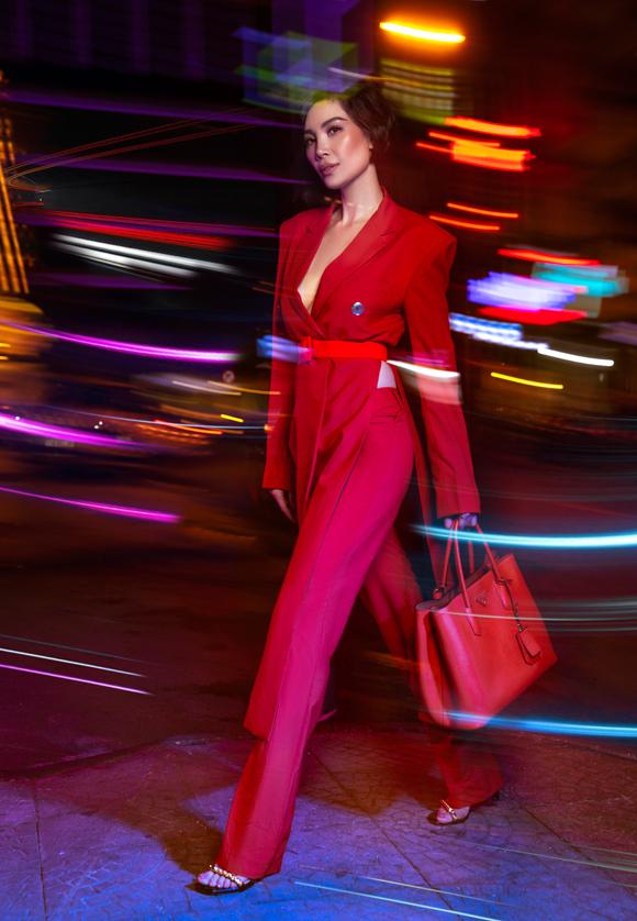 Để thêm phần cá tính, cựu người mẫu diện áo vest vạt dài theo phong cách không nội y. Phần eo được cố định bởi đai lưng bản lớn, vừa tạo tỷ lệ cơ thể hấp dẫn, đồng thời giúp tránh sự cố hớ hênh khi di chuyển.