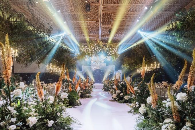 Nếu ví von NTK Lê Thanh Hòa vẽ nên phong cách cá nhân của mỗi nàng dâu qua bộ váy cưới, thì GEM Center chính là địa điểm sẽ hoàn thiện toàn cảnh kế hoạch cưới của bạn. Điều này được khẳng định qua nhiều sự kiện cưới của những cặp đôi nổi tiếng từng được tổ chức thành công tại đây. Dù