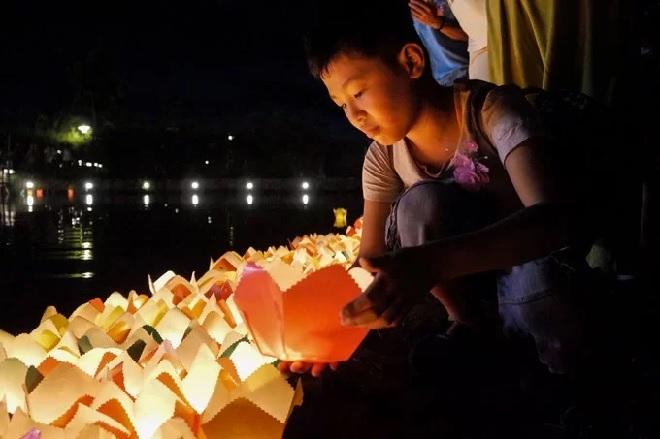 Lễ Vu Lan báo hiệu từ lâu đã là nét đẹp nhân văn sâu sắc của người Việt Nam. 7 đài hoa sen trong công viên Ấn tượng Hội An tượng trưng cho 7 bước chân của đức Phật lúc chào đời. Hôm nay, chúng tôi muốn cùng du khách hướng về phật Thích Ca Mâu Ni như hướng về những đức phật sống của chúng ta đó chính là mẹ cha của mình, ông Trần Thanh Hải, đại diện của Công viên Ấn tượng Hội An chia sẻ.