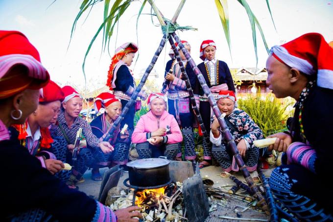 Lễ hội không chỉ dừng lại ở việc giới thiệu các loại ẩm thực độc đáo của Tây Bắc mà còn tái hiện không gian văn hóa đặc trưng tiêu biểu của vùng đất này. Những điệu khèn lá, hát đối, nhảy sạp, hay thi nấu cơm bằng mía của bà con mang tới cho du khách một cuộc sống thuần chất tại vùng núi cao, vừa mộc mạc, vừa cuốn hút.