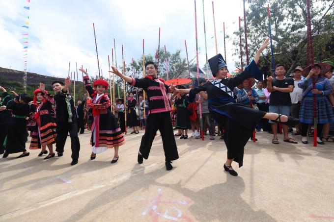 Cổng chào của lễ hội được mô phỏng như những chiếc khèn của người Dao, đưa du khách lạc bước vào miền Tây Bắc gọi mời, với váy áo sặc sỡ, tiếng khèn hoa cùng chợ phiên vùng cao... vào sáng thứ 6 và thứ 7 hàng tuần.