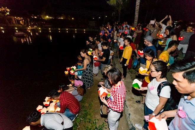 Không chỉ có người Việt Nam tham dự, lễ Vu Lan tại công viên Ấn tượng Hội An còn thu hút sự quan tâm của nhiều du khách quốc tế.