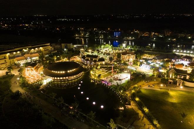 Tại Công viên Ấn tượng Hội An, 7 đài sen lớn mừng Vu Lan thắng hội đã được thắp sáng. Đây là hoạt động mở đầu cho chuỗi sự kiện tháng 8 với chủ đề Về với yêu thương