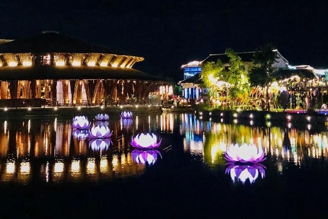 Theo thông lệ, đúng 19 giờ, cả phố cổ Hội An sẽ tắt đèn, 7 đài sen lớn được thả trên sông bừng sáng khiến nhiều du khách bất ngờ.