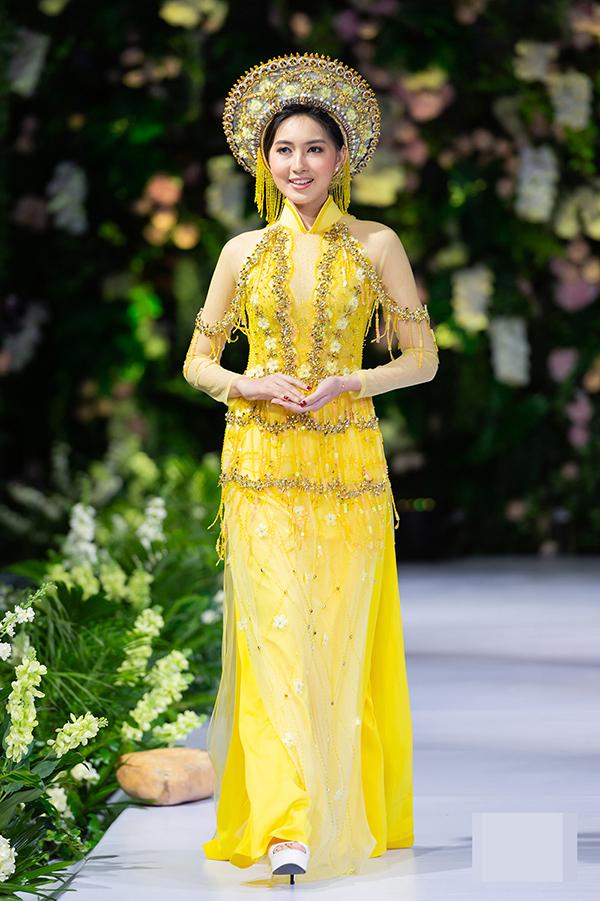 Cuối tuần qua, nhà thiết kế Kenny Thái mang bộ sưu tập áo dài cưới vừa thực hiện của mình tham dự Vietnam - Myanmar Bridal Fashion Show tại thành phố Yagon. Yune Wint Hlwar Aung, Miss Now How 2017 của Myanmar,sải bước trong show diễn.