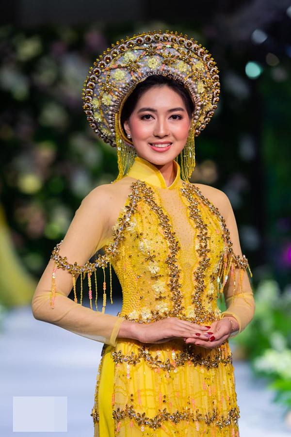 Yune Wint Hlwar Aung là người đẹp được yêu thích tại Myanmar và rất đắt show làm mẫu.Đây là lần đầu tiên cô khoác lên mình trang phục truyền thống của phụ nữ Việt.
