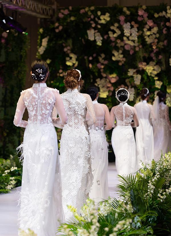 Trong show diễn, Kenny Thái giới thiệu những mẫu áo dài cưới được đính kết cầu kỳ.