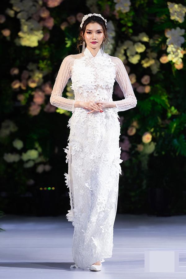 Nhà thiết kế khai thác tối đa vẻ đẹp của những họa tiết 3D trong bộ sưu tập áo dài cưới, giúp các cô dâu thêm nổi bật trong ngày trọng đại.