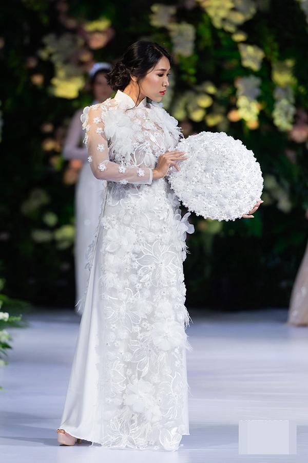 Nhiều phụ kiện như nón, băng đô...cũng được nhà thiết kế đính kết tỉ mỉ, đồng điệu với trang phục.